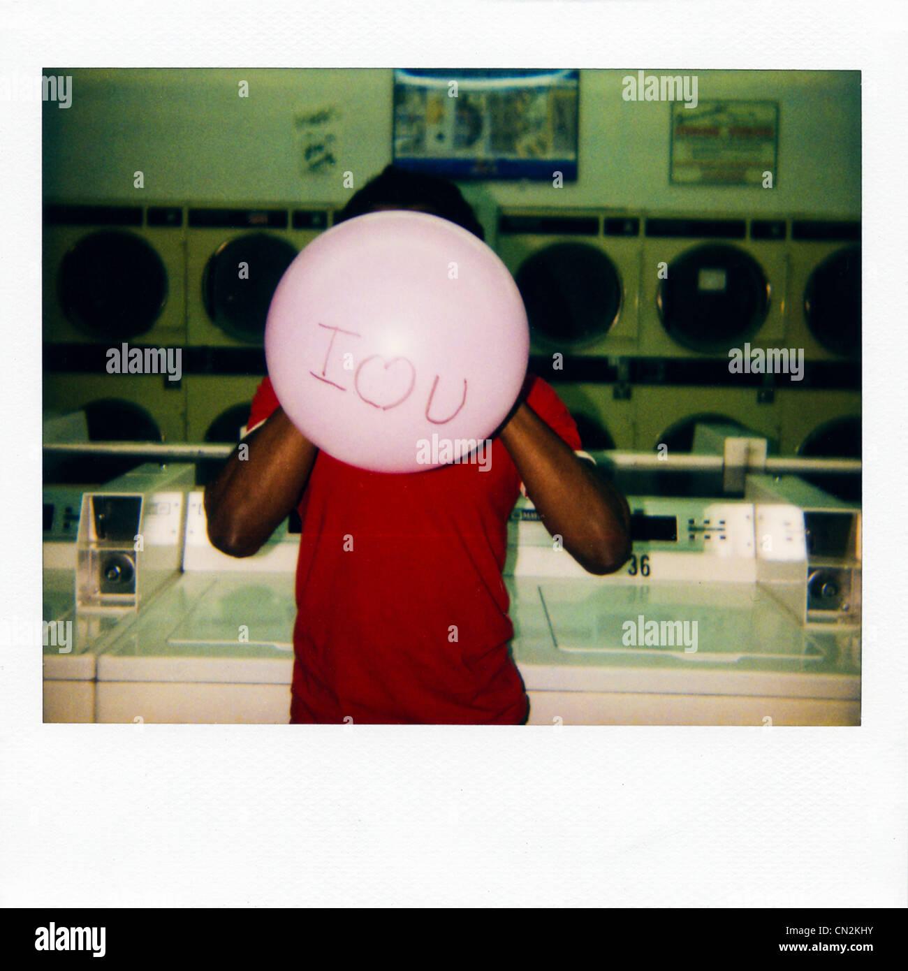 """Fotografía de película instantánea del hombre con balón diciendo """"I love you"""" Foto de stock"""