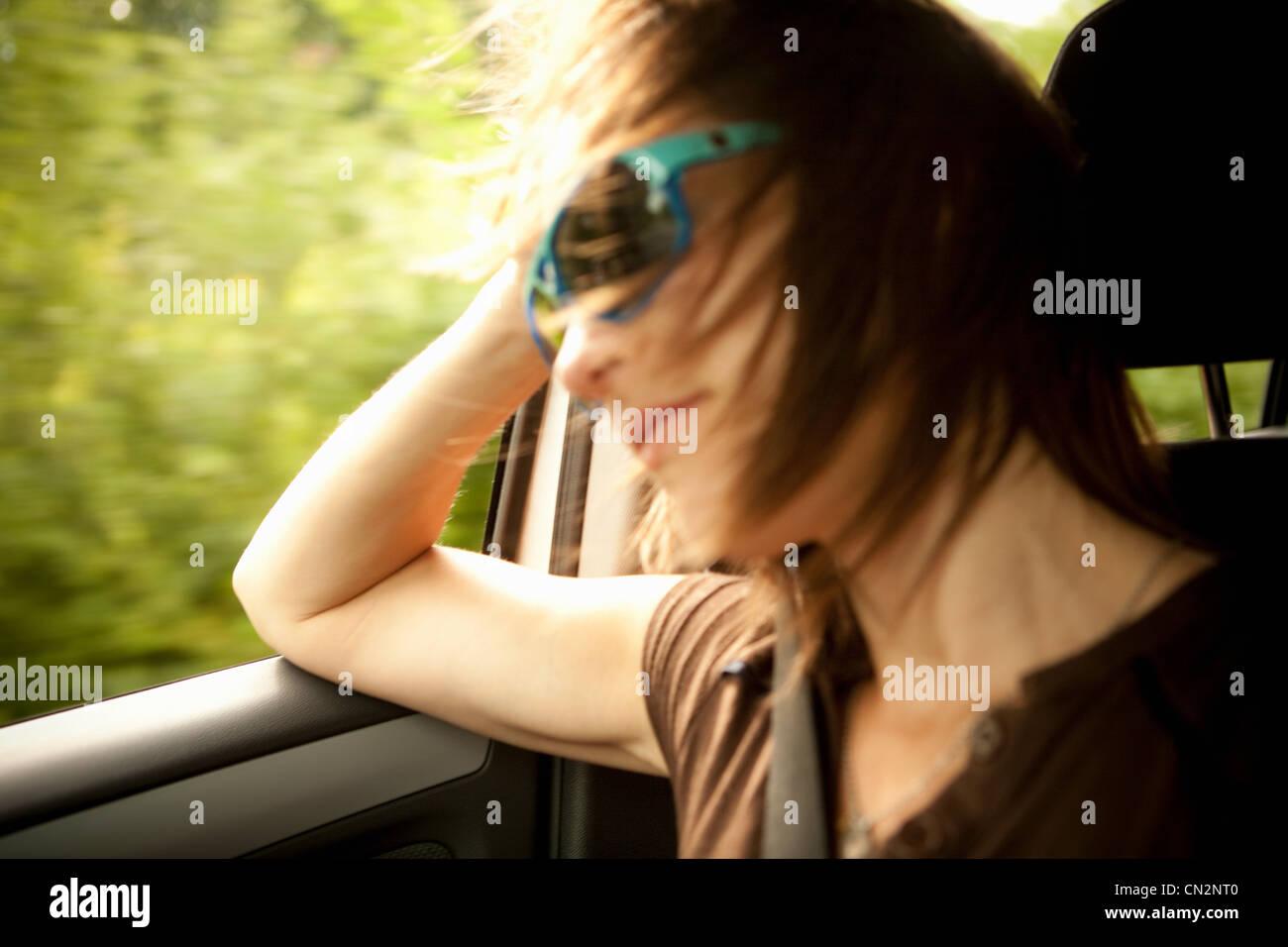 Pasajera en el coche con la ventana abierta Imagen De Stock