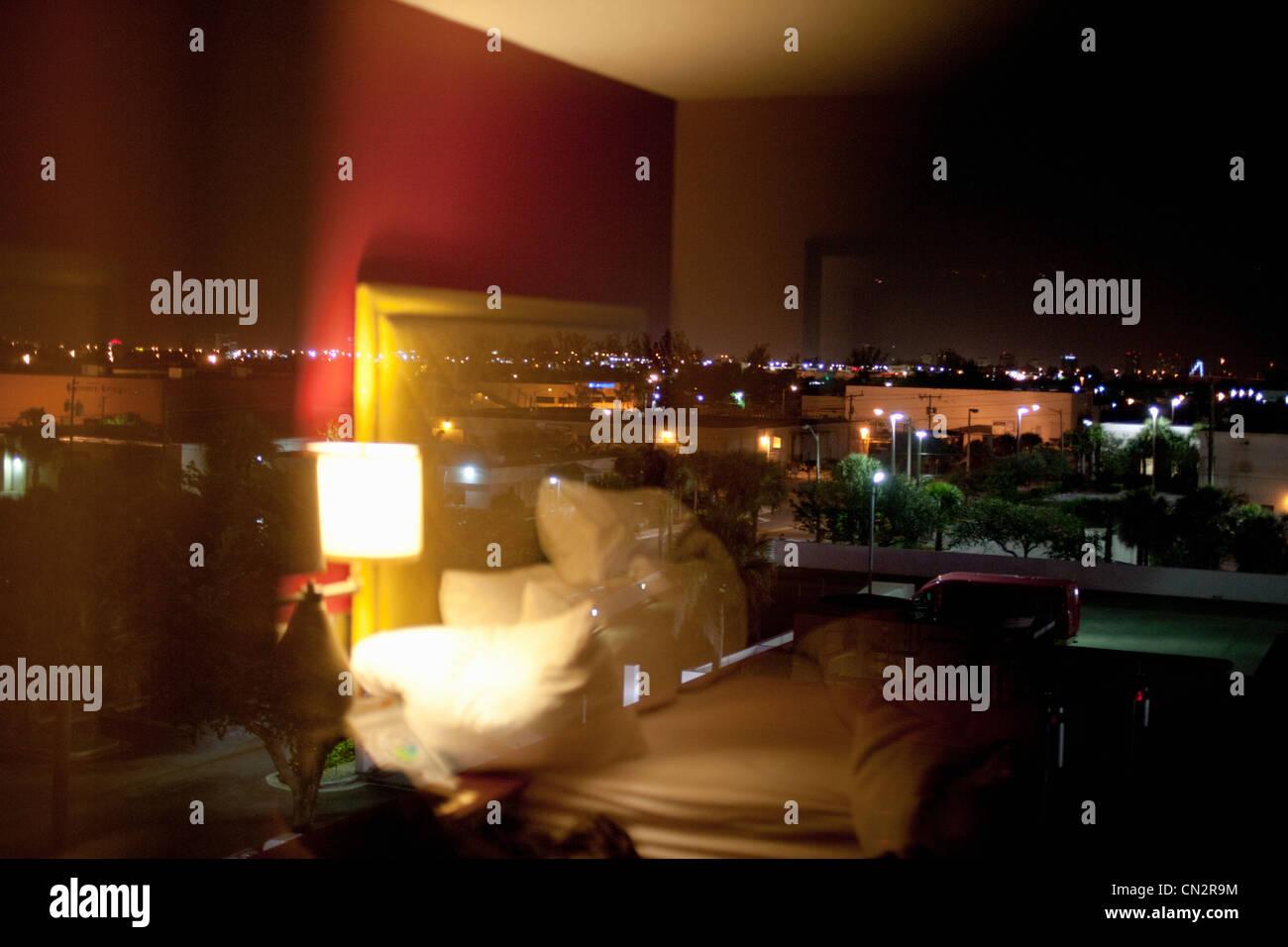 La habitación del hotel en la noche Imagen De Stock