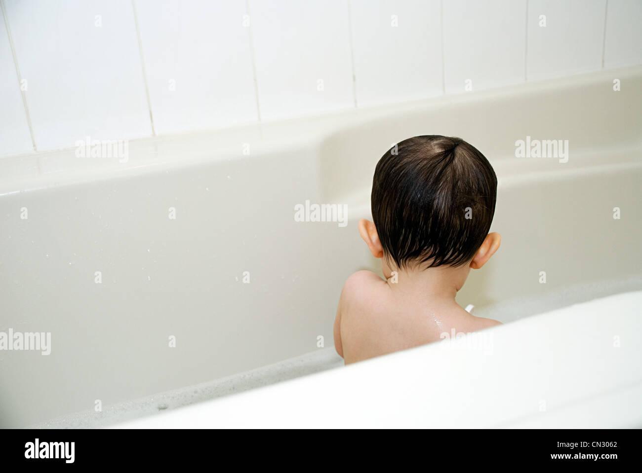 Baby Boy en la bañera. Imagen De Stock