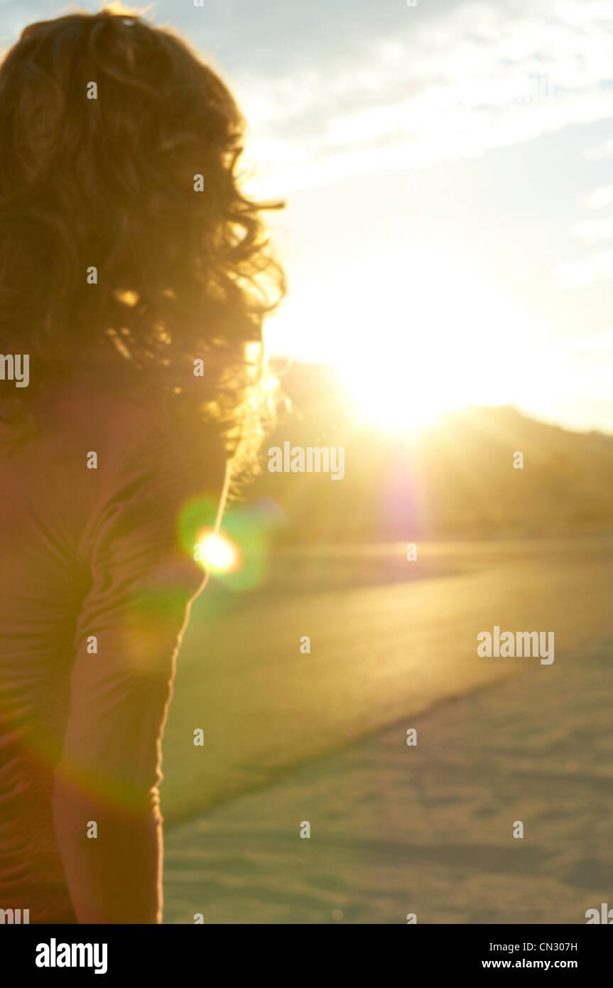 Mujer joven y luz solar, California, EE.UU. Imagen De Stock