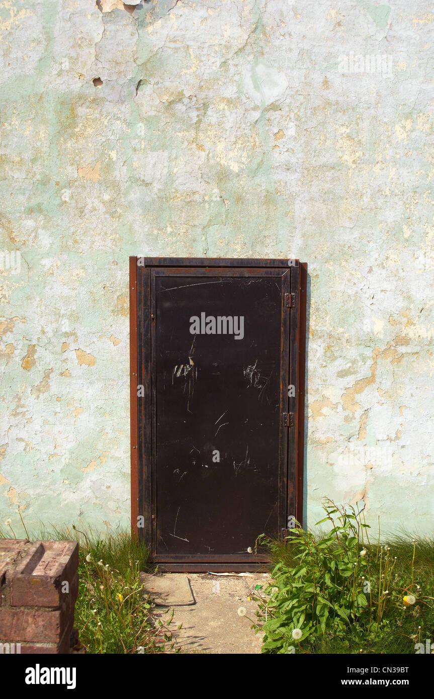 Casas abandonadas con puerta de acero Imagen De Stock