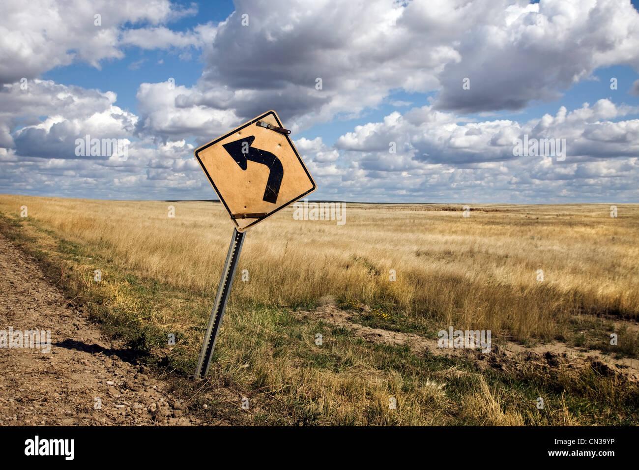 Señal de tráfico junto al campo Imagen De Stock