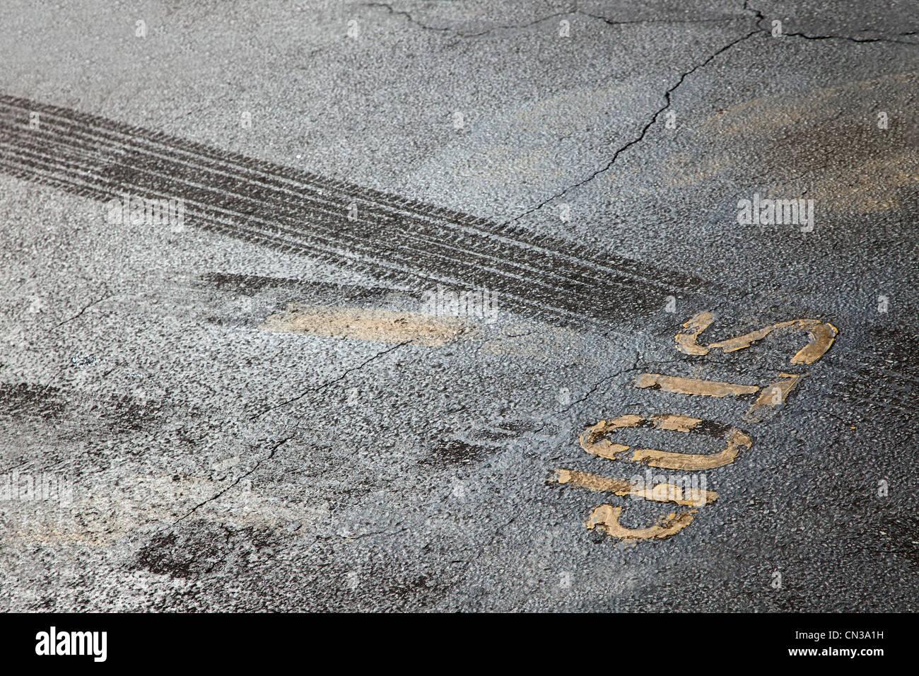Las huellas de los neumáticos y la señal de stop Imagen De Stock
