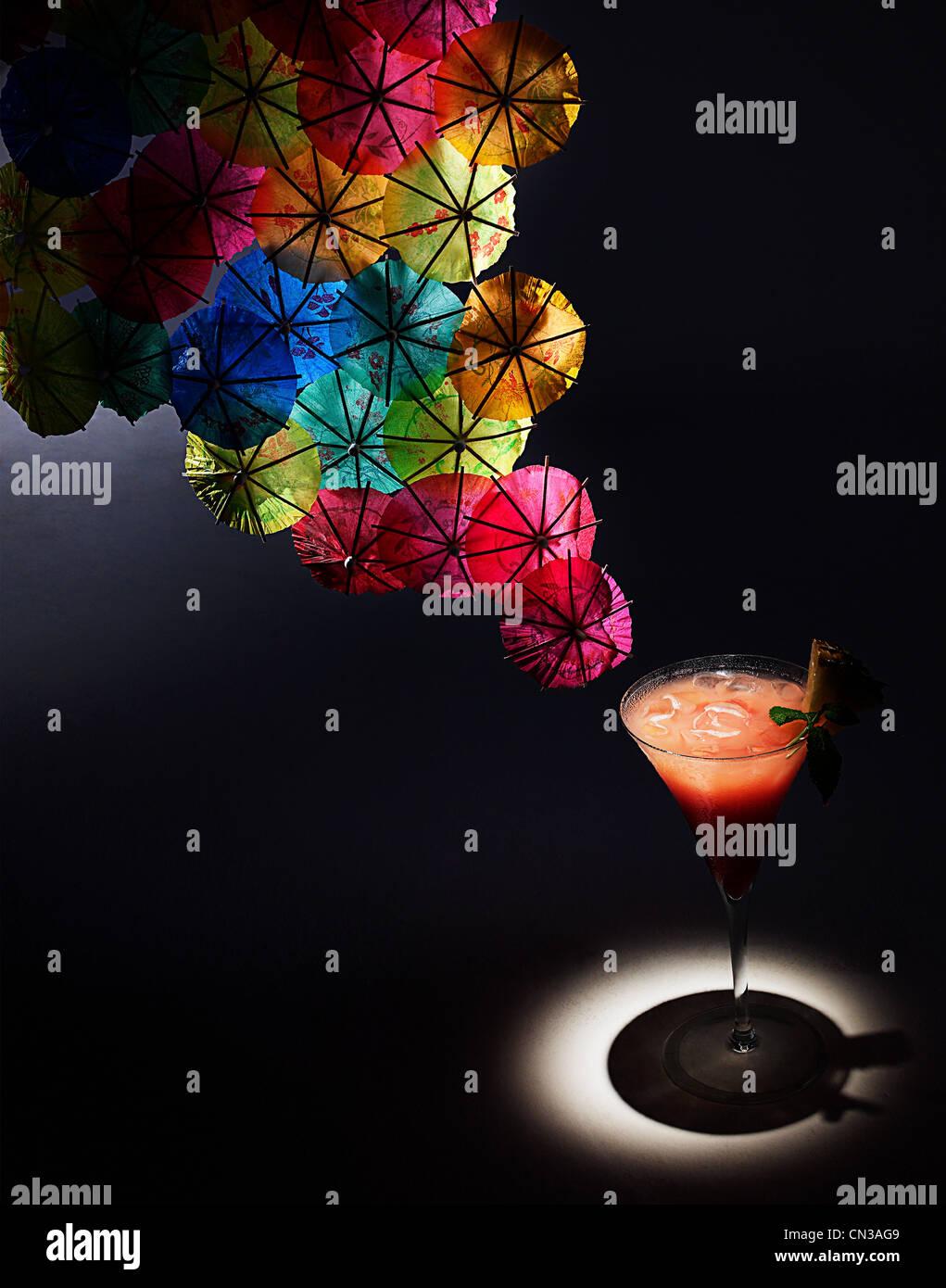 Cóctel y cóctel colorido paraguas, Foto de estudio Imagen De Stock