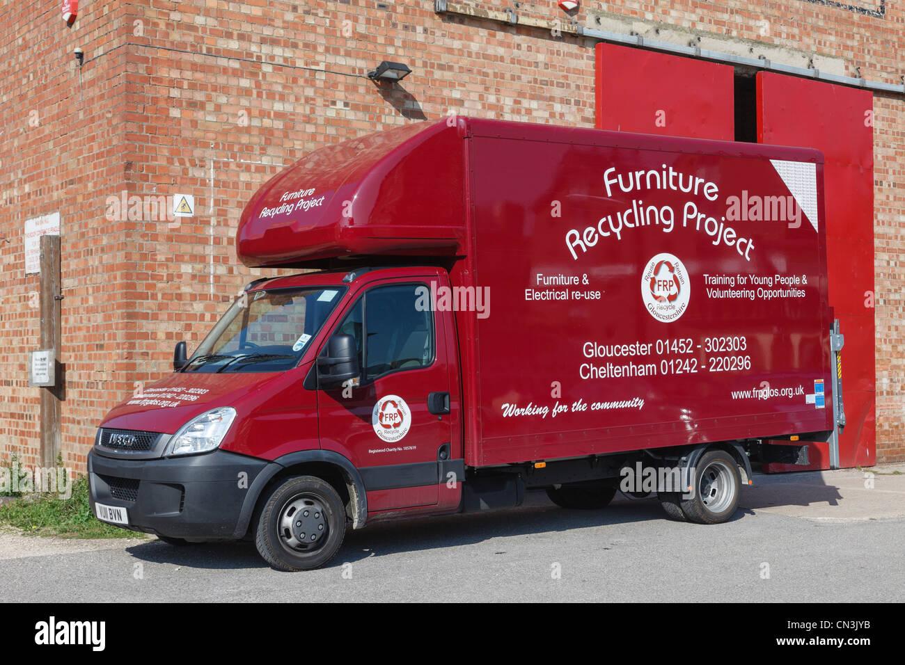 Gloucester, Gloucestershire, Inglaterra, Reino Unido. Proyecto de reciclado de muebles furgoneta fuera del depósito Foto de stock