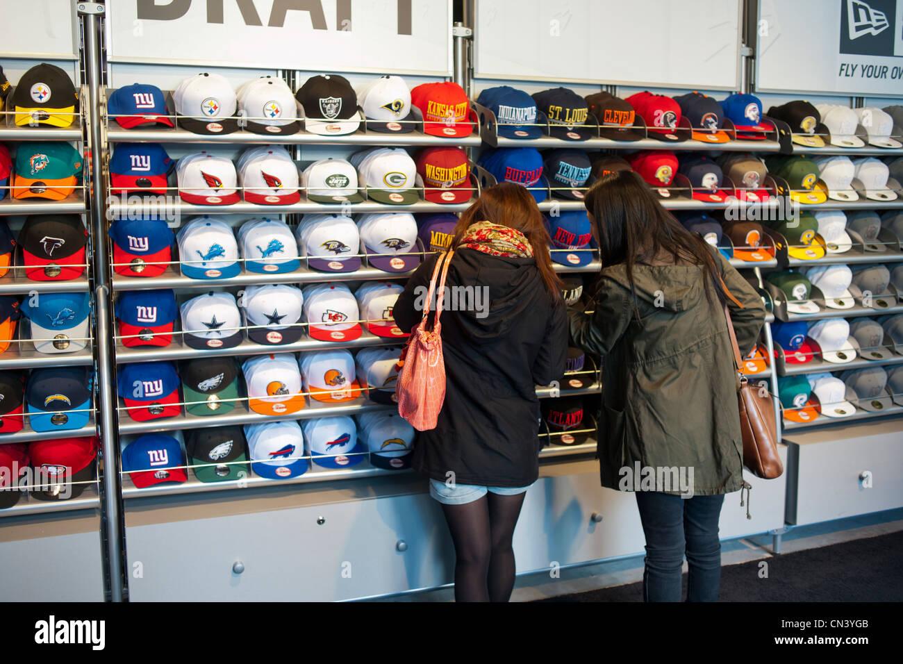17b261f79008e Los aficionados al fútbol en el  NFL Draft  en la tienda pop-up
