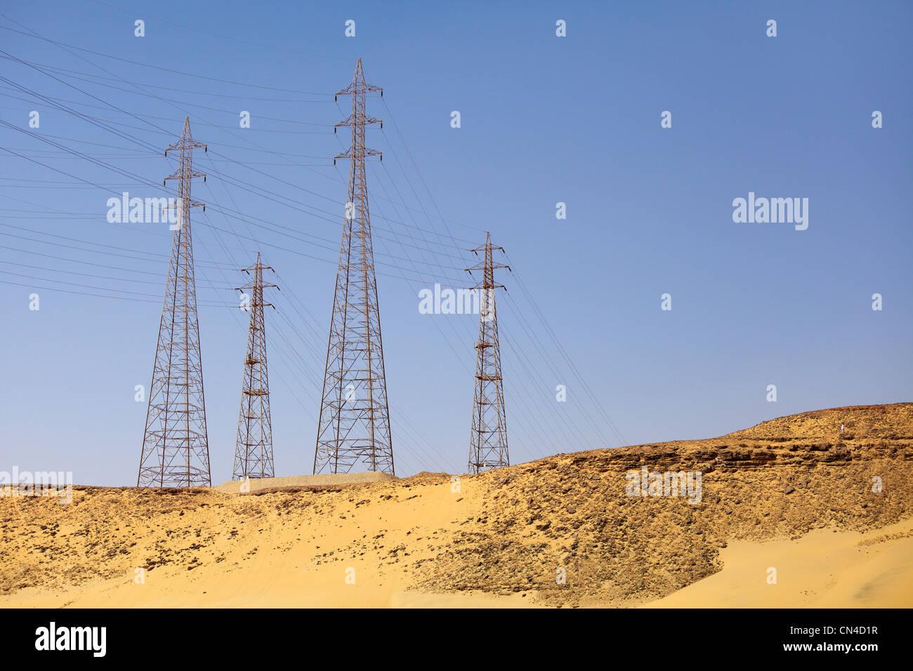 Egipto - líneas de alta tensión, cerca de Aswan. Imagen De Stock