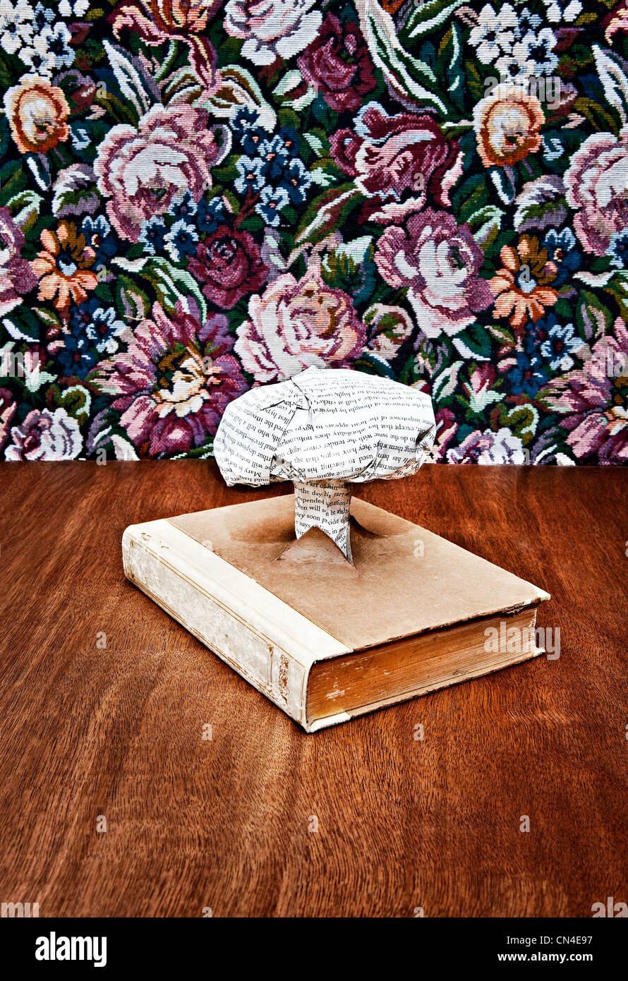 Nube nuclear hechas de papel impreso que sale del libro Imagen De Stock