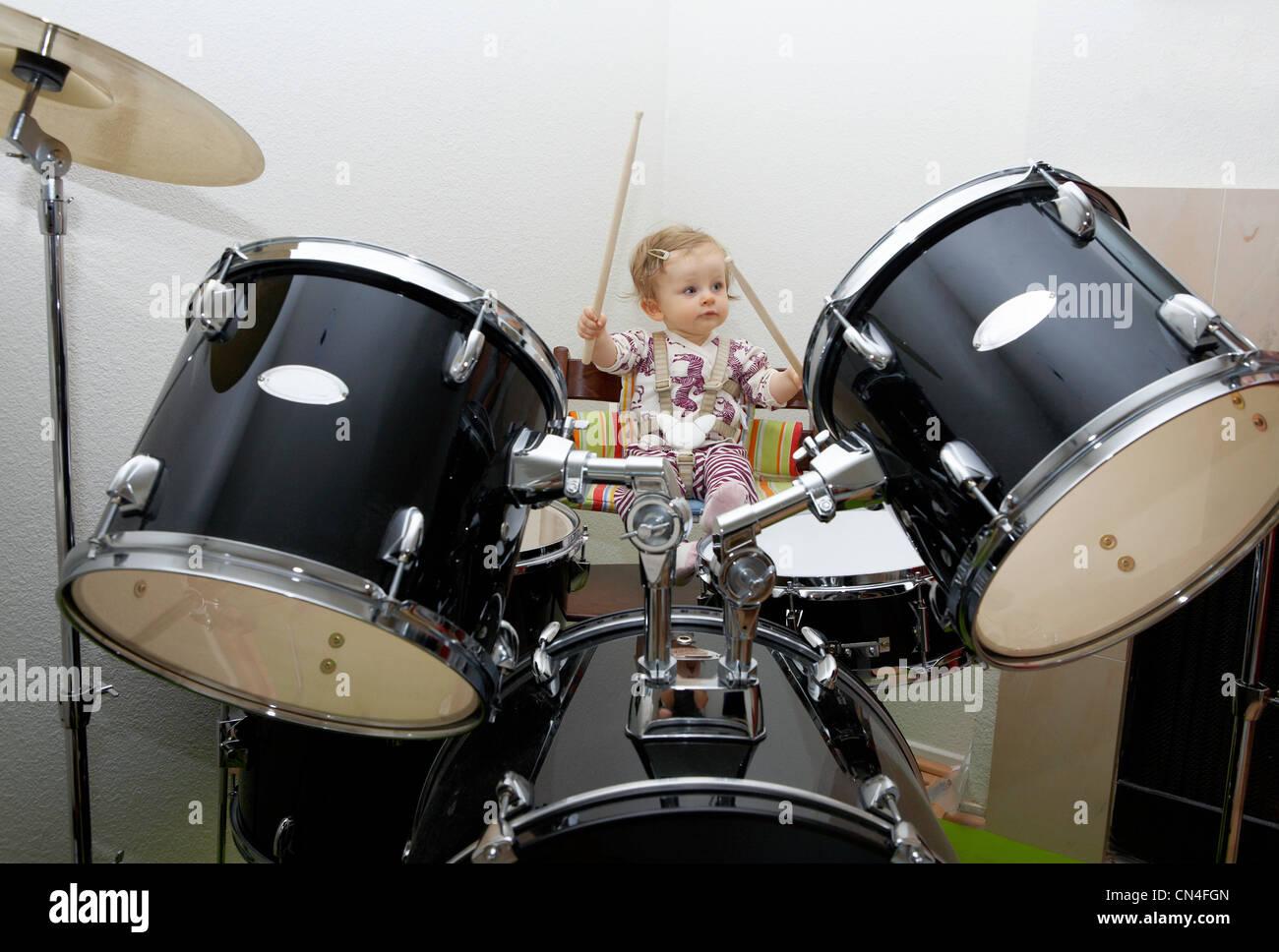 Niña tocando tambores Foto de stock