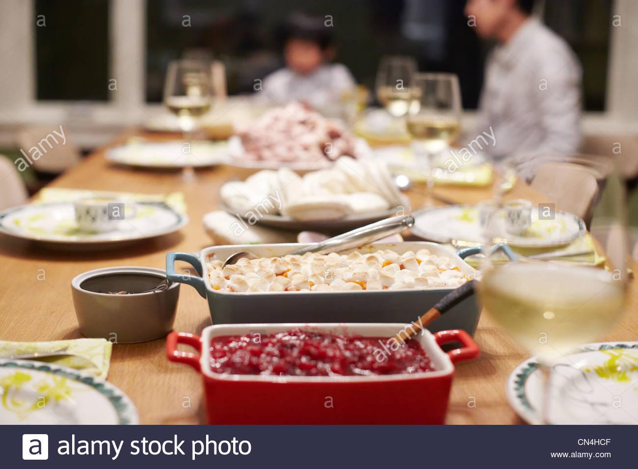Comida en la mesa en la cena de acción de gracias de la familia Imagen De Stock
