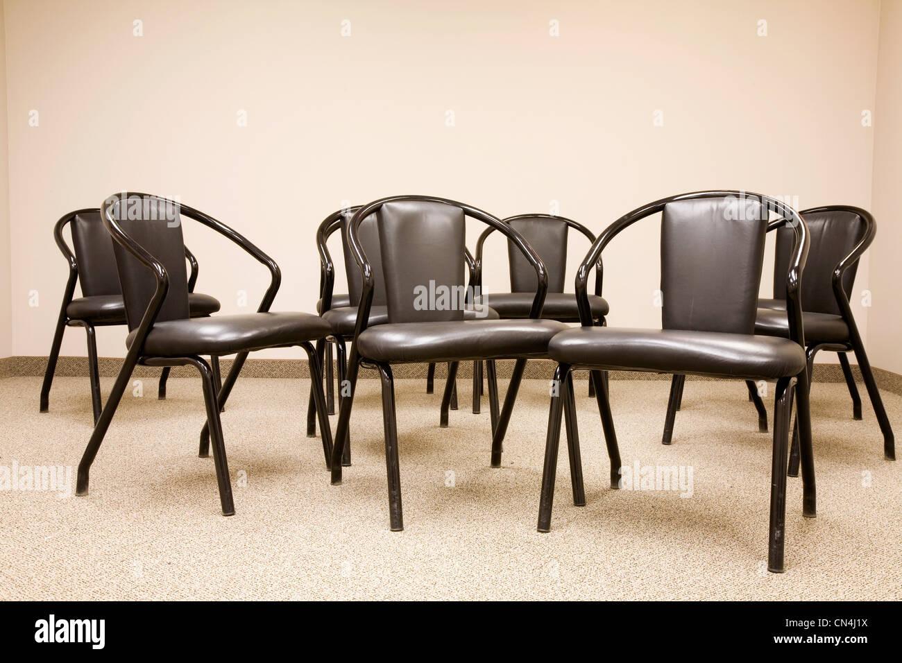 Sillas vacías en una sala de reuniones Imagen De Stock