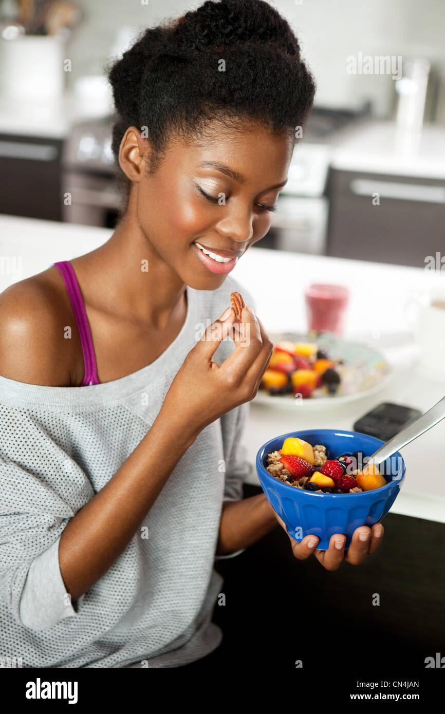 Mujer joven comer un desayuno saludable Imagen De Stock