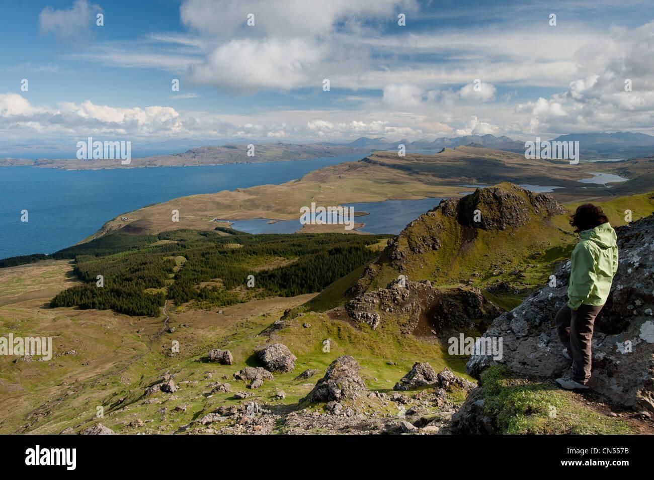 Reino Unido, Escocia, Inner Hebrides, Isla de Skye, caminando en el viejo hombre de Storr Rocky Hill en la península Foto de stock