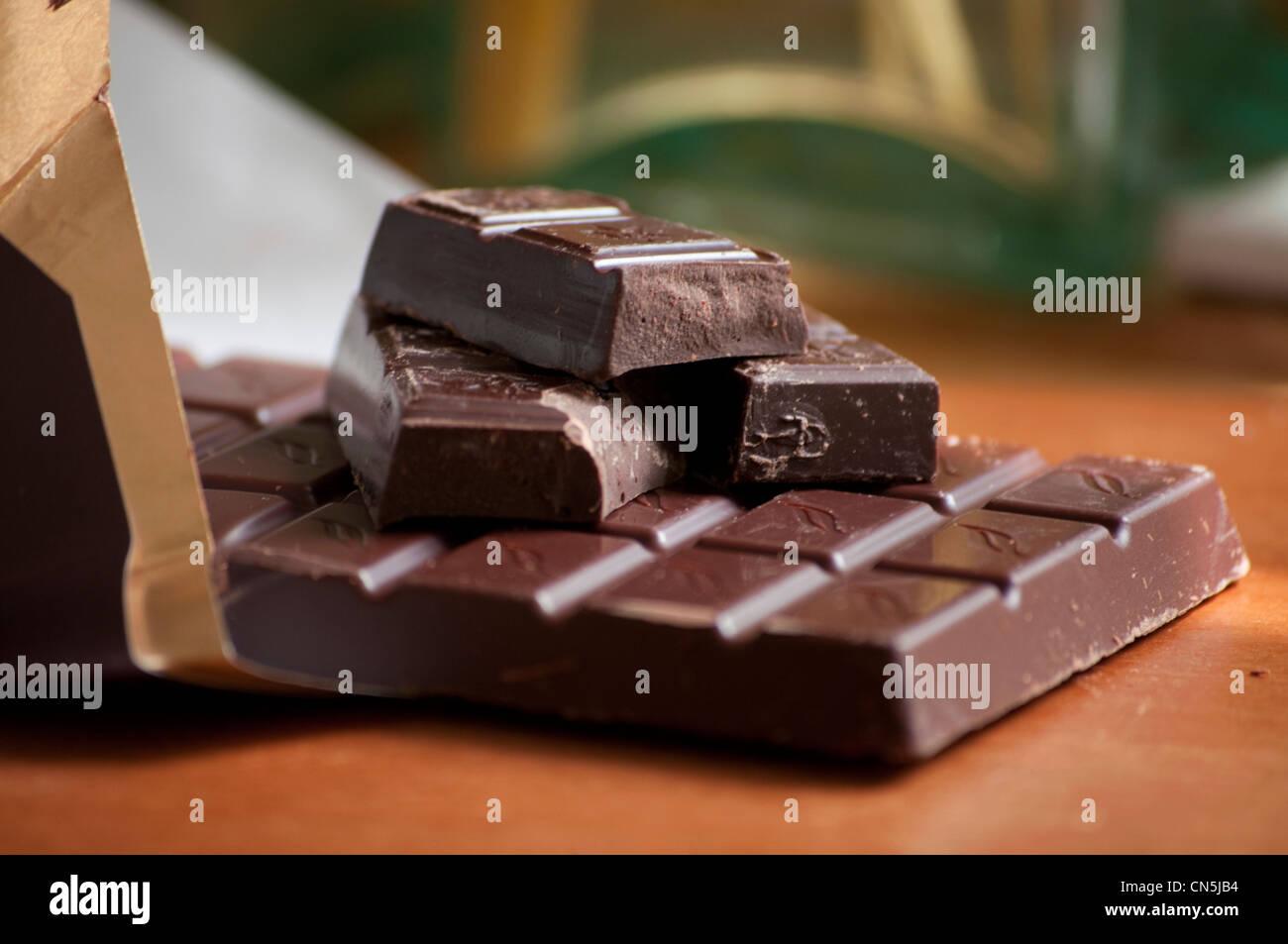 Barra de chocolate oscuro en la envoltura. Imagen De Stock