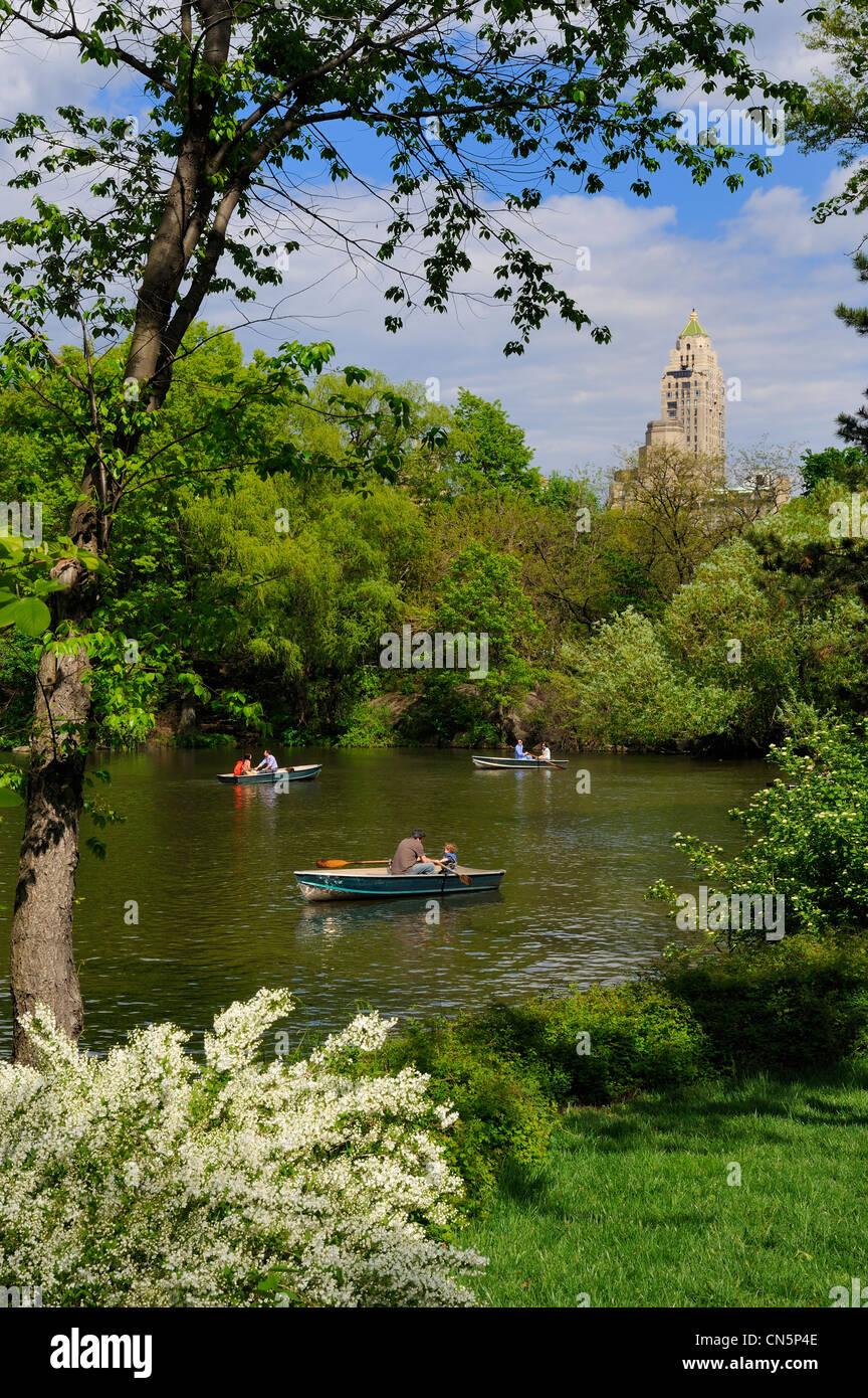Estados Unidos, Manhattan, Ciudad de Nueva York, Central Park, viaje en barco por el lago y los rascacielos de Midtown Imagen De Stock