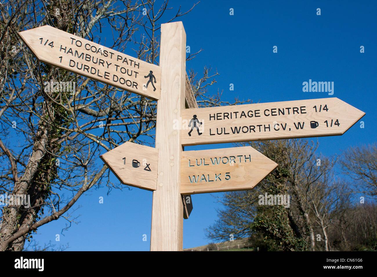 Signpost lulworth cove Dorset, Inglaterra Foto de stock