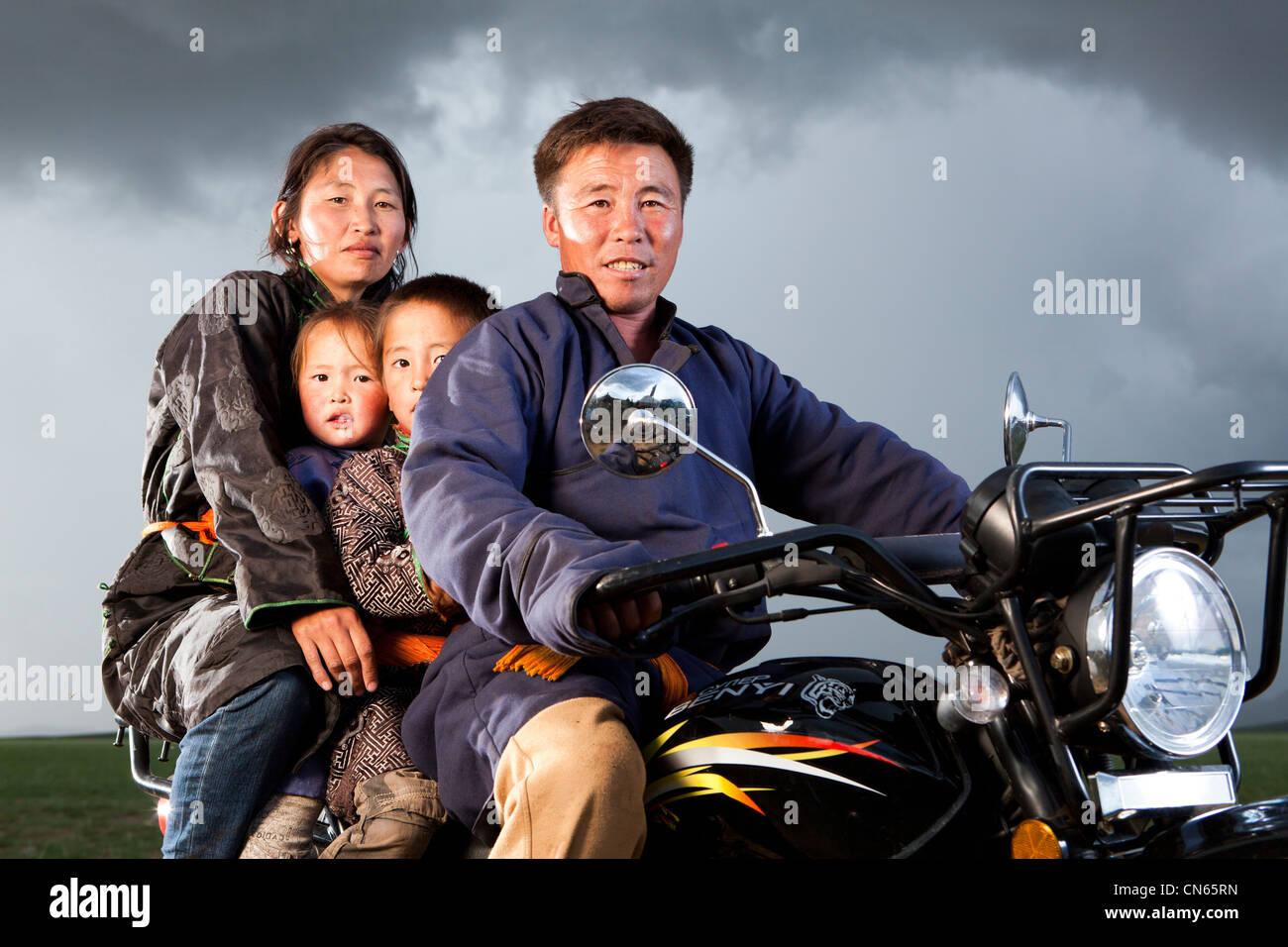 Familia mongólica en moto, khuduu aral, provincia de khentii, Mongolia Imagen De Stock