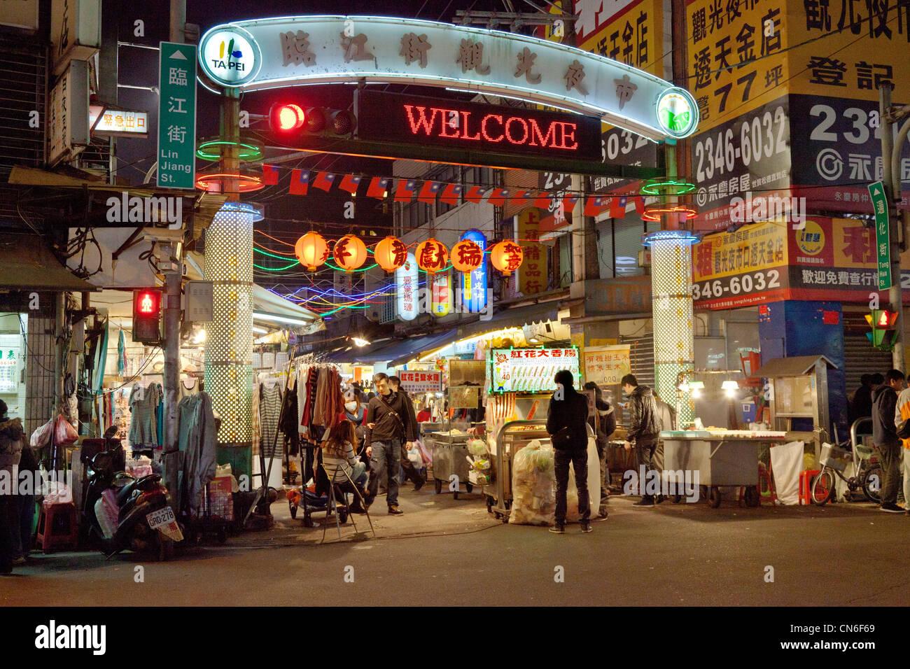 Entrada a la calle Tonghua Linjiang (mercado nocturno) Taipei Taiwán. JMH5751 Imagen De Stock