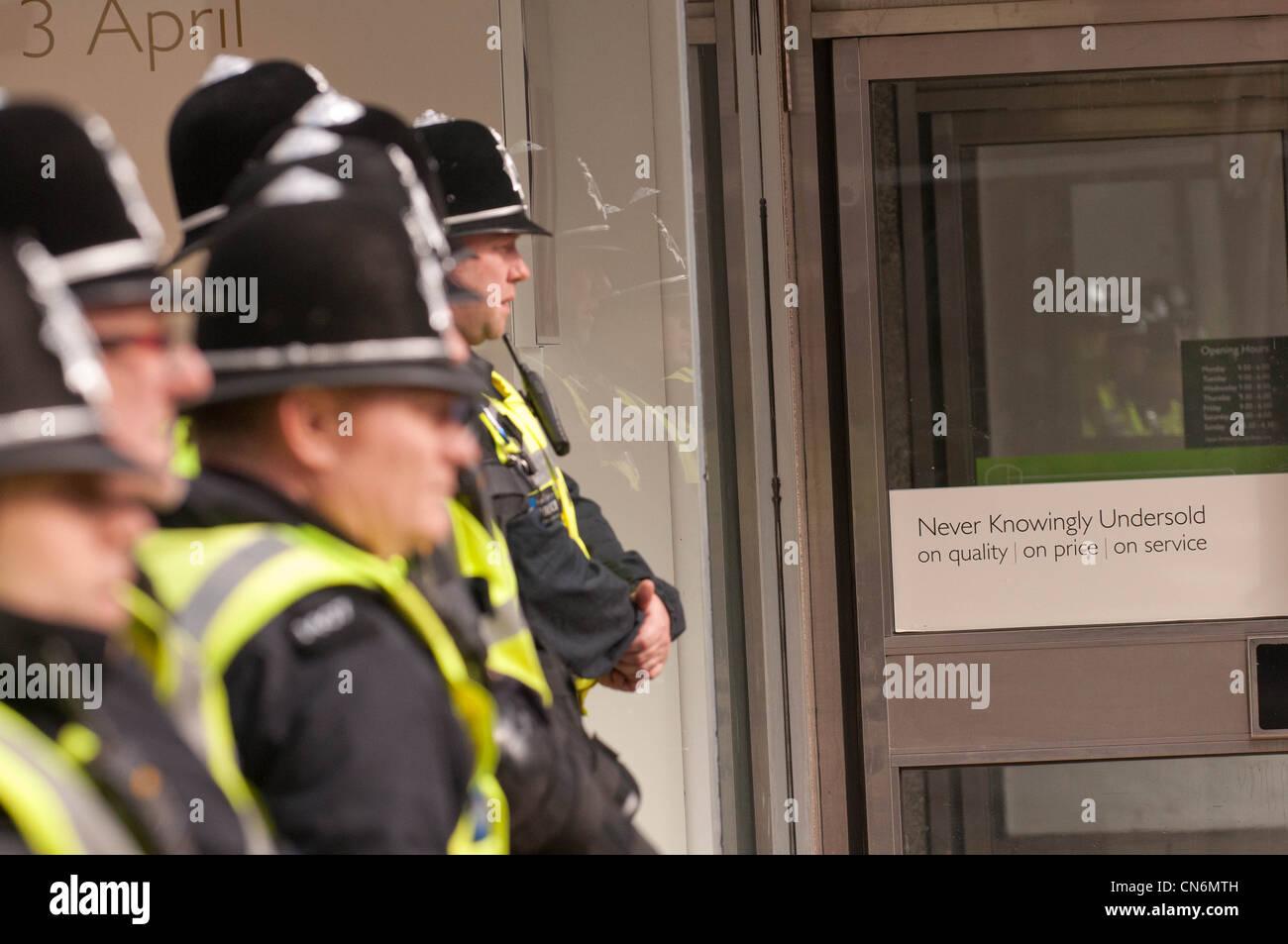 Cordón policial para los Demócratas Liberales conferencia en Sheffield Imagen De Stock