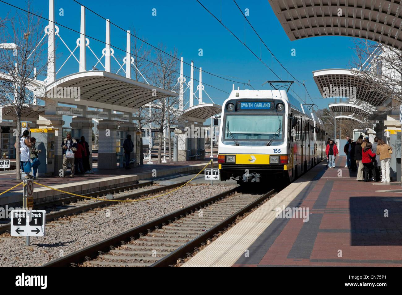 Los viajeros en la estación de tren coger un tren DART de plataforma en Union Station, Dallas, Texas Imagen De Stock