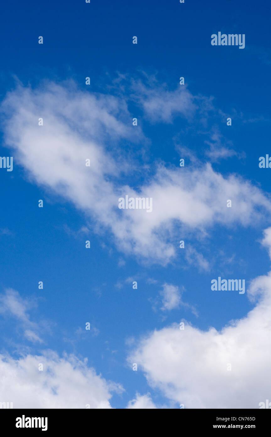 Un cielo azul con nubes blancas Foto de stock