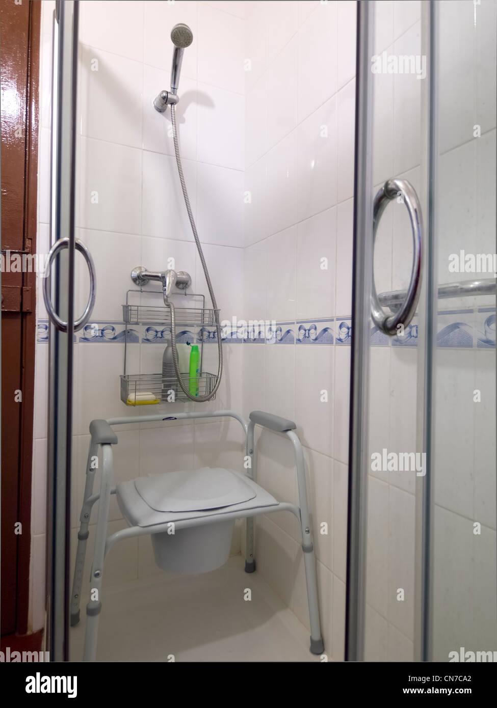 Asiento para los discapacitados en un cubículo de ducha Imagen De Stock 74709508e340