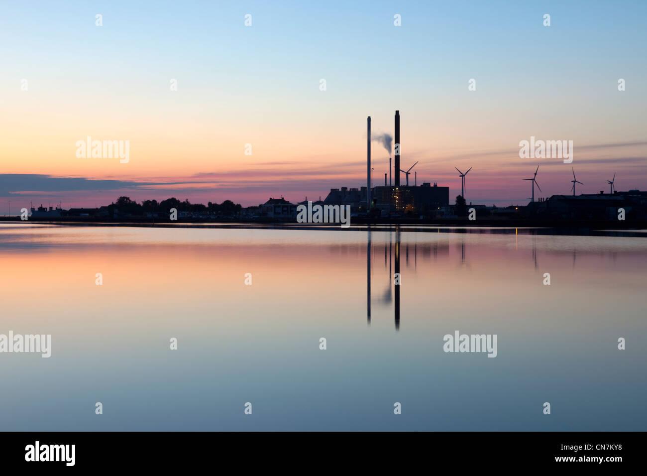 Chimeneas se refleja en el agua Imagen De Stock