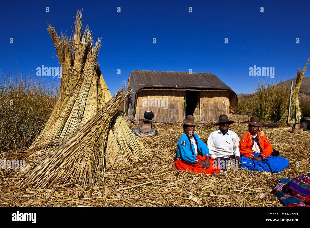 Perú, provincia de Puno, descendientes de los indios Uros viven en islas floatting de totora en el lago Titicaca, Foto de stock