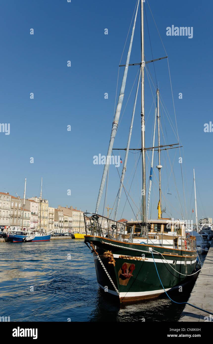 Francia, Herault, Sete, canal lateral, Caicos lidiar con viejos barcos a lo largo del embarcadero de la República Imagen De Stock