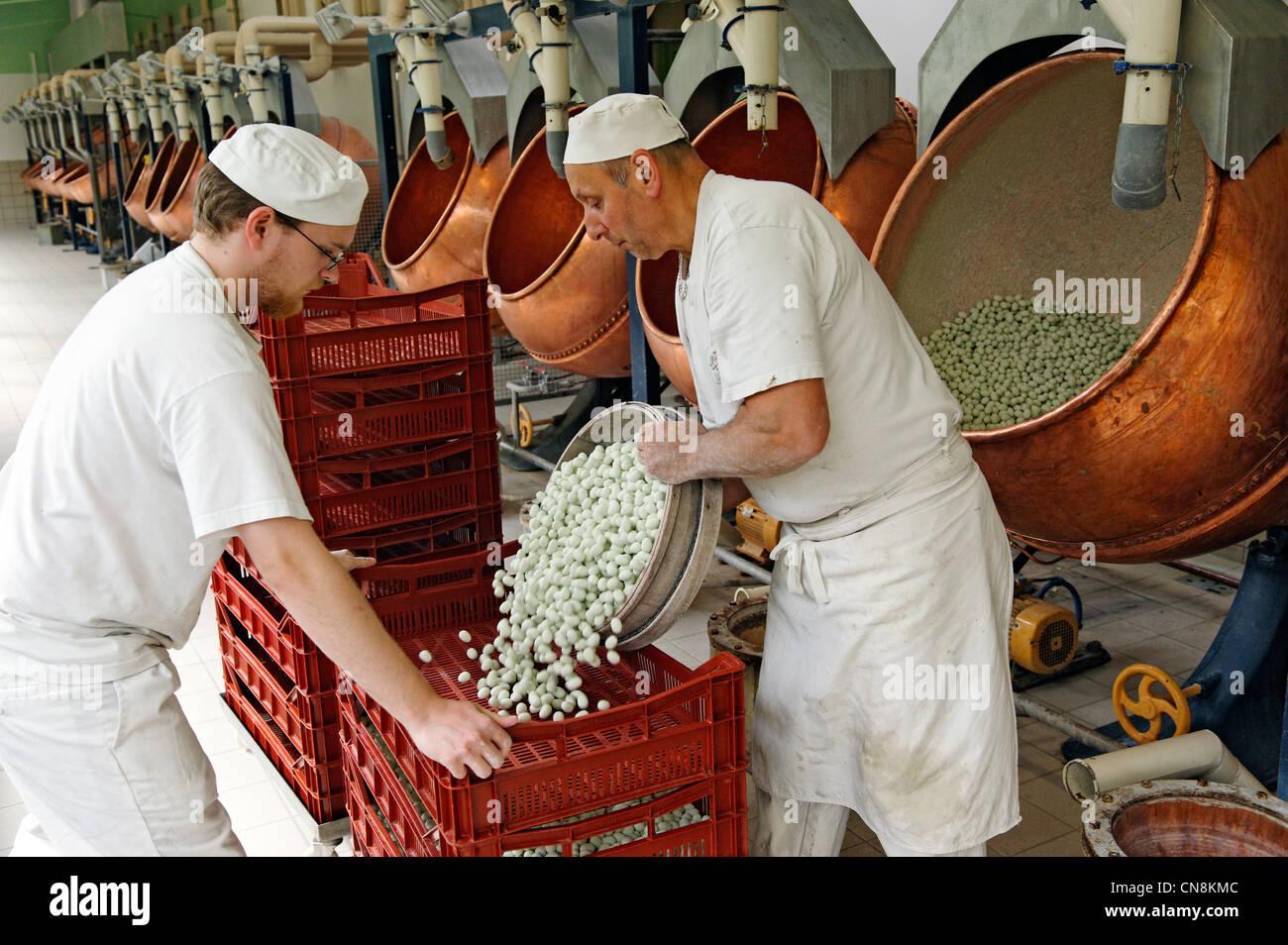 FFrance, Mosa, Verdun, Braquier peladillas fábrica, comprimidos recubiertos para estante de secado después Imagen De Stock