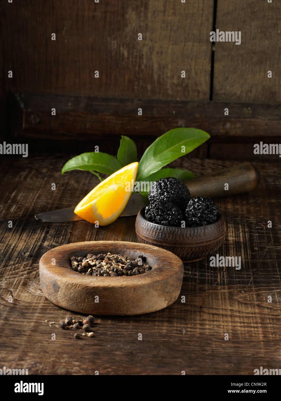 Trufas negras, pimienta y naranja Foto de stock