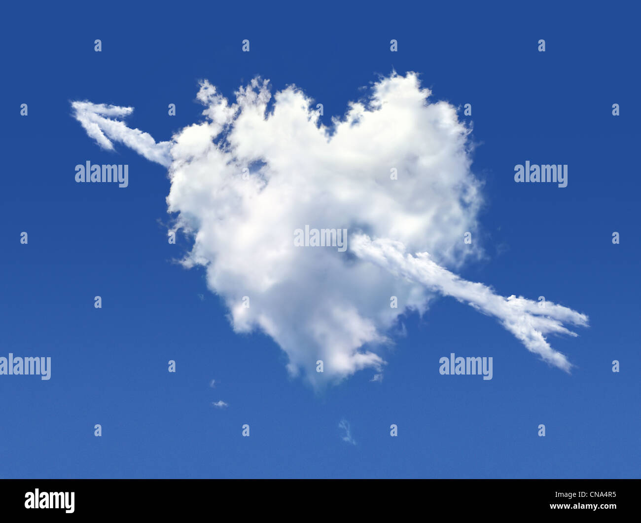 Mullida nube en forma de corazón, sobre un cielo azul profundo. Imagen De Stock
