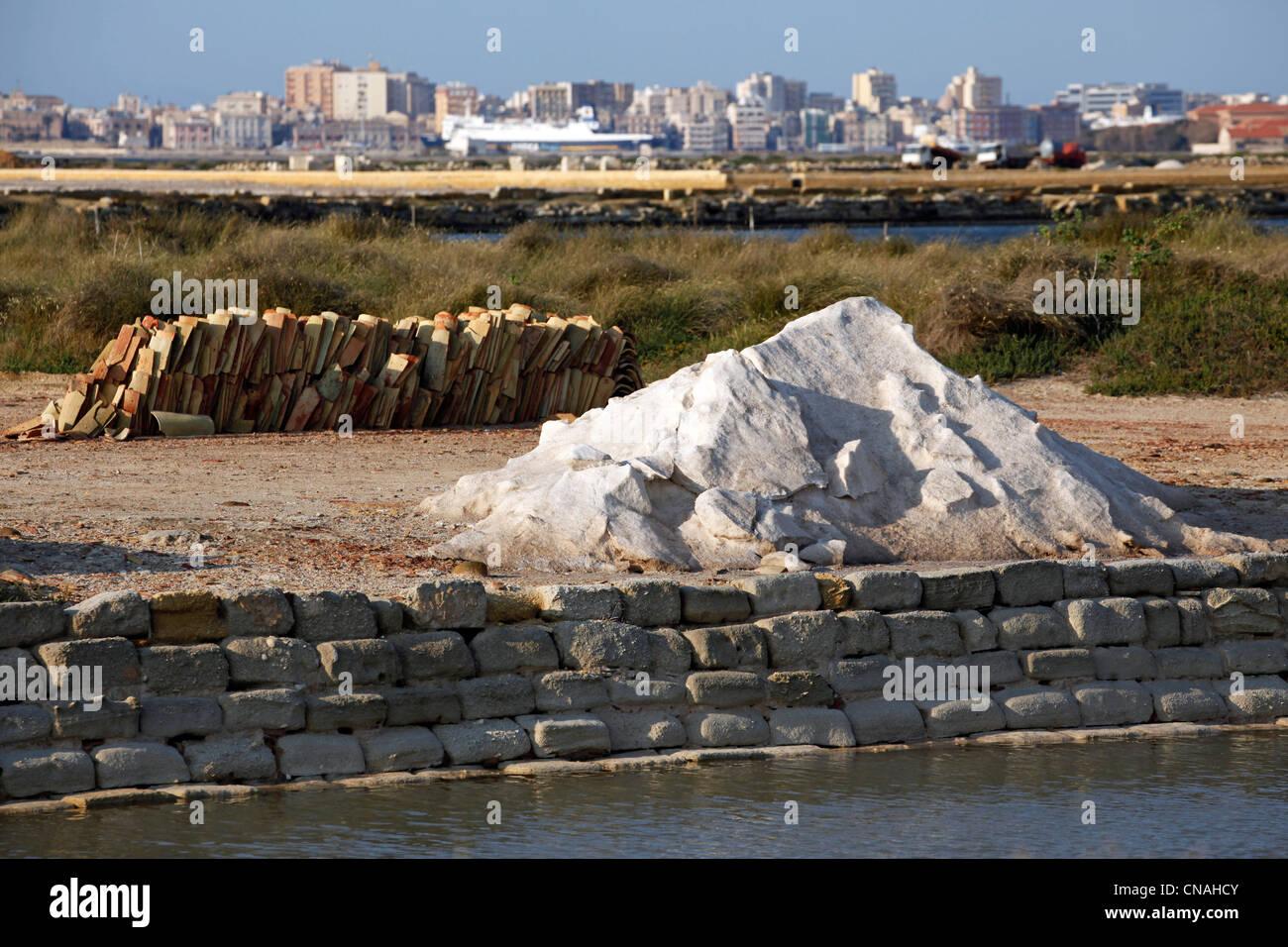 Los montones de sal almacenadas en las salinas de Trapani, Sicilia, Italia Imagen De Stock