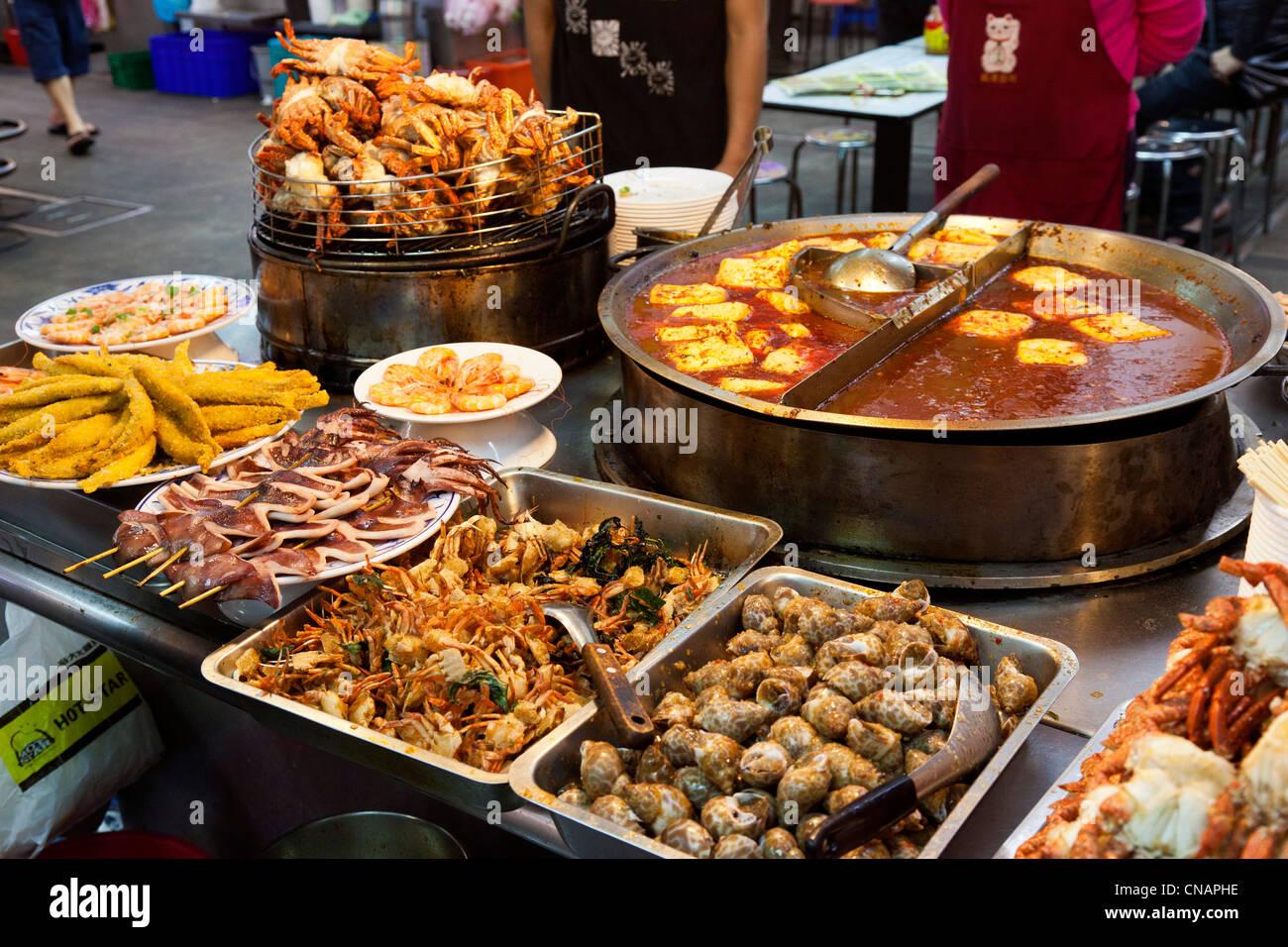 Aperitivos de marisco en el Mercado Nocturno de Shilin Taipei Taiwán. JMH5986 Imagen De Stock