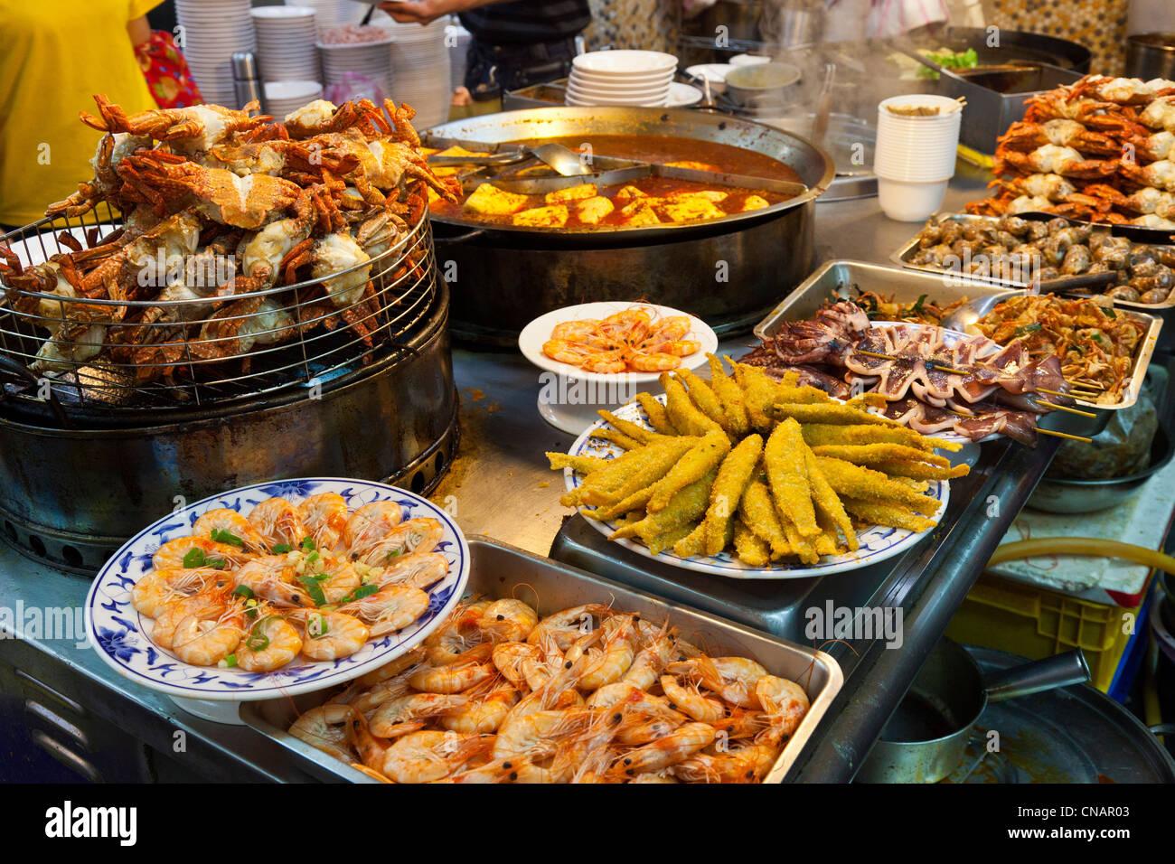 Aperitivos de marisco en el Mercado Nocturno de Shilin calada Taipei Taiwán. JMH5995 Imagen De Stock