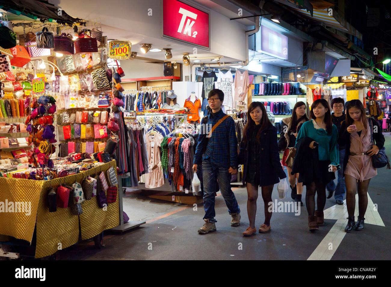 Los compradores y puestos en el Mercado Nocturno de Shilin Taipei Taiwán. JMH5997 Imagen De Stock