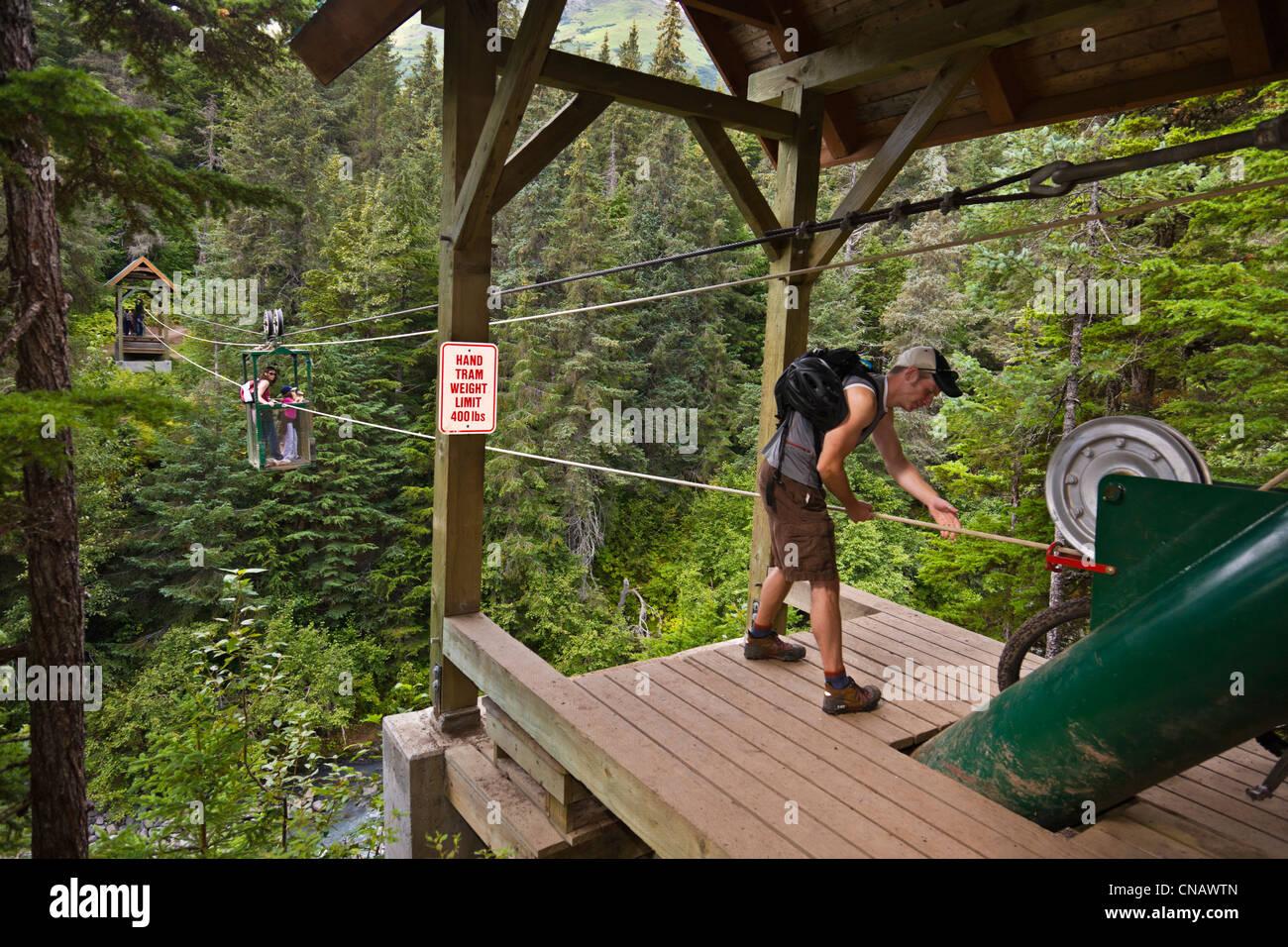 Excursionistas preparándose para tomar el tranvía de mano más ganador Creek cerca Southcentral Girdwood, Alaska, Verano Foto de stock