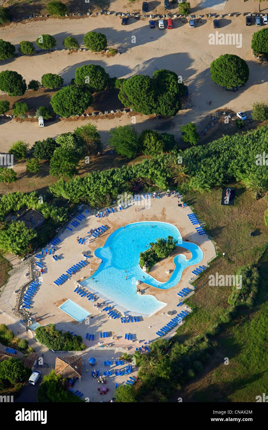 Francia, Var, Golfe de Saint Tropez, Les Marines de Cogolin, vacaciones club, piscina (vista aérea) Foto de stock
