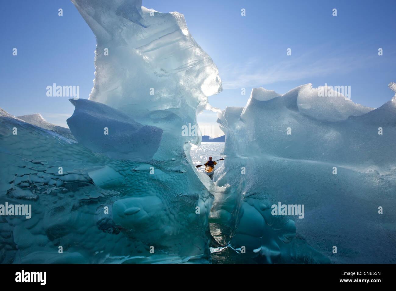 Mar Kayakista opiniones grandes icebergs en Stephens pasaje, Tracy Arm-Fords Terror Desierto, dentro del pasaje, Foto de stock