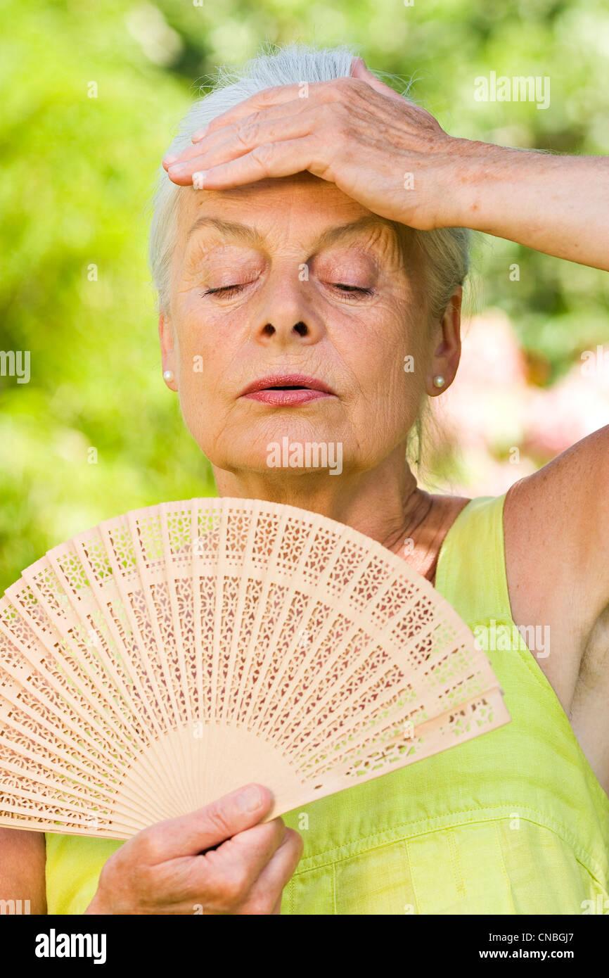 Anciana con ventilador Imagen De Stock
