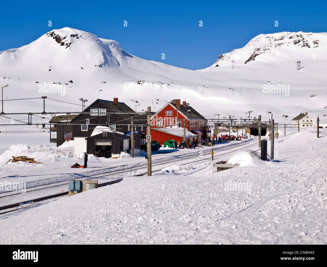 Finse railway station en la meseta de Hardanger de Noruega, el invierno. En el Oslo a Bergen railway Imagen De Stock