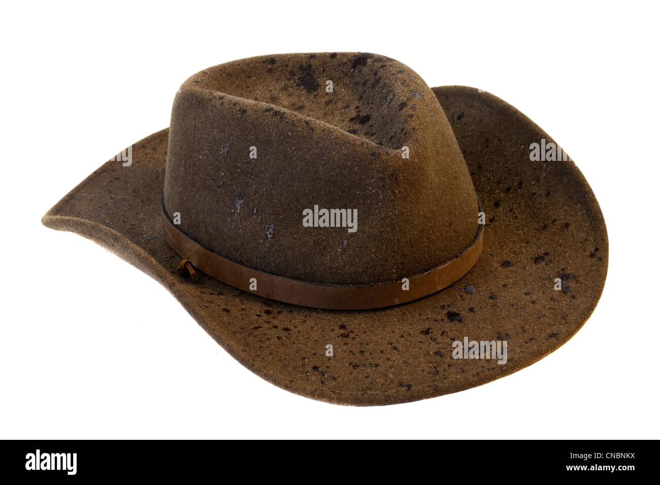ec9bbd9cb2 Fieltro de lana marrón sombrero de cowboy con gotas de lluvia aislado sobre  fondo blanco.