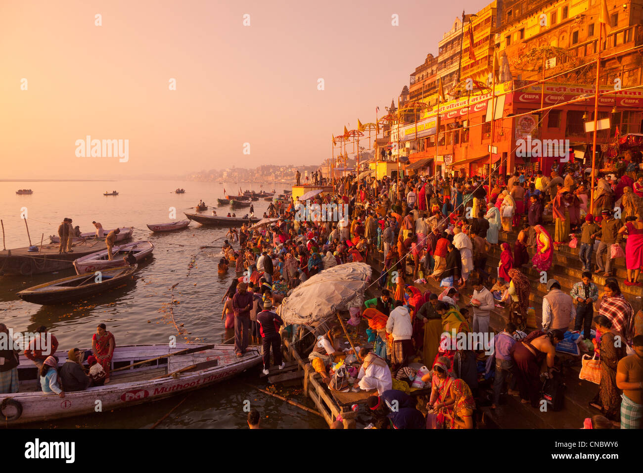 La India, Uttar Pradesh, Varanasi, peregrinos bañándose y rezando en el río Ganges Imagen De Stock