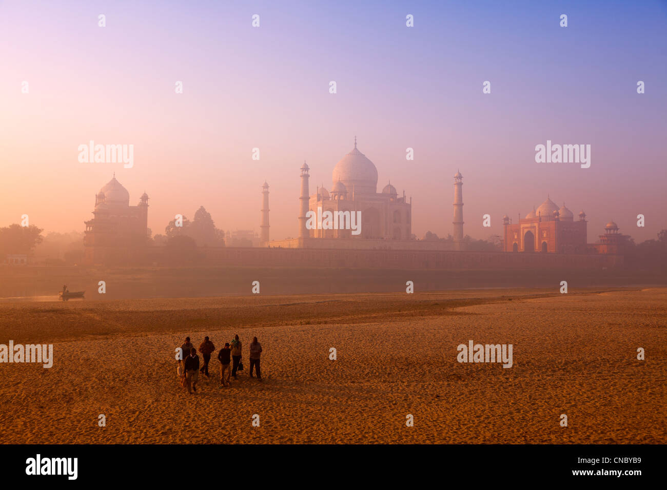 La India, Uttar Pradesh, Agra, Taj Mahal trabajadores cruzando el río Yamuna se secó al amanecer. Imagen De Stock