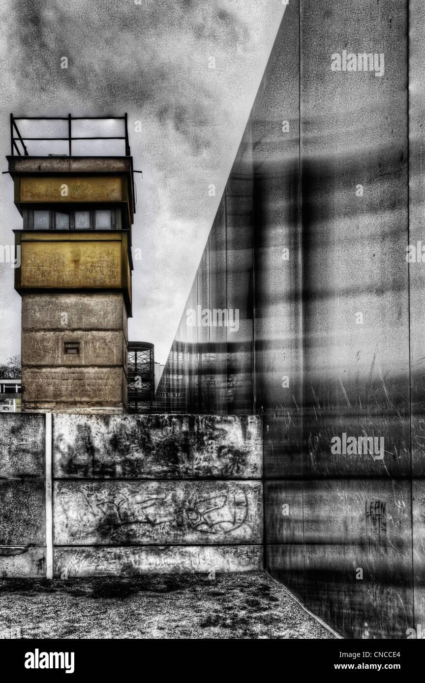 Una torre de guardia en el muro de Berlín en Alemania Imagen De Stock