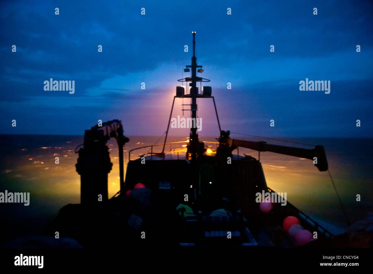 Un concurso de pesca comercial viaja a través de la Bahía de Bristol en la noche, en el suroeste de Alaska, Imagen De Stock