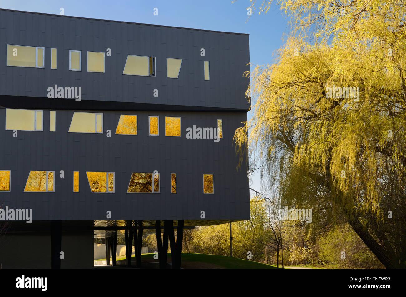 Amarillo los sauces y la arquitectura futurista del perímetro del edificio del Instituto de Investigación Imagen De Stock
