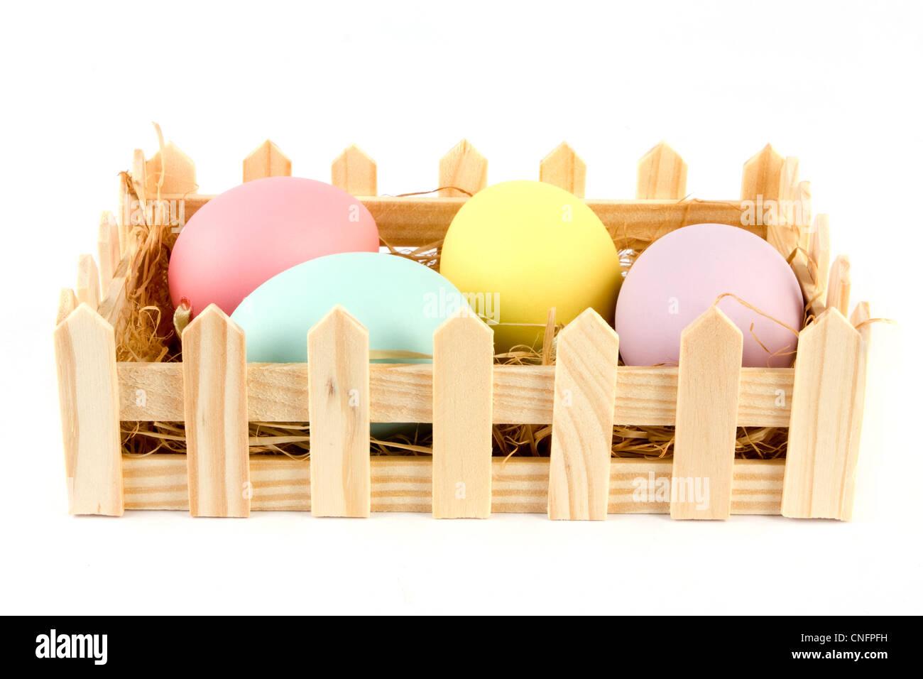 Cesta de huevos de Pascua sobre un fondo blanco. Foto de stock