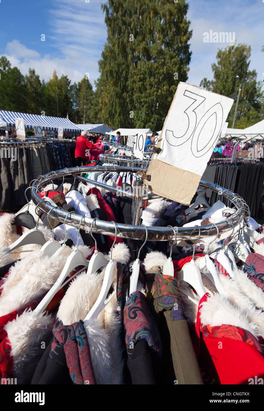 Ropa en venta en las ventas en la calle Pestuumarkkinat pasando en Finlandia Rautalampi Imagen De Stock